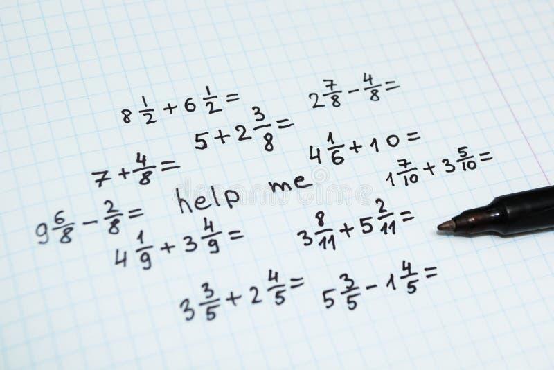Exemplos da matemática no caderno na gaiola, a inscrição - ajude-me foto de stock royalty free