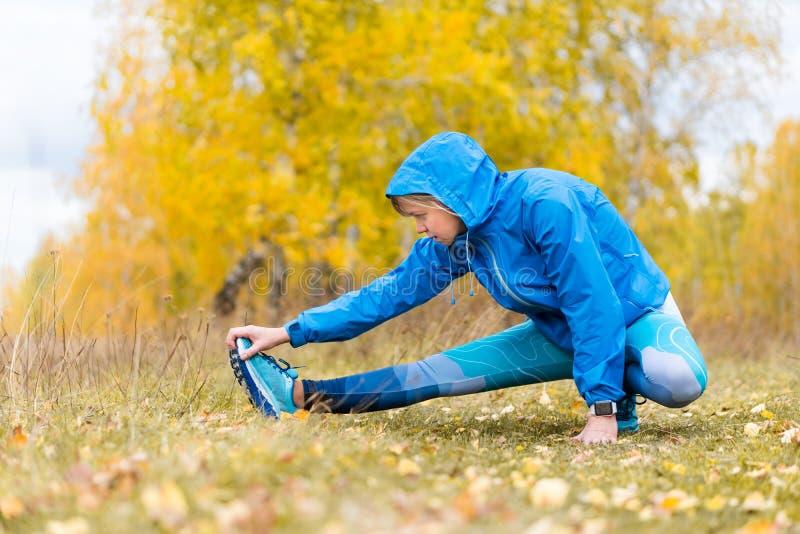 Exerçant la femme adulte dehors Sports et récréation photographie stock
