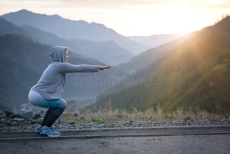 Exerçant la femme adulte dehors Sports et récréation Forme physique photos libres de droits