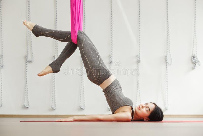 Exercício aéreo da ioga ou ioga antigravitante dentro, meditar da mulher fotos de stock