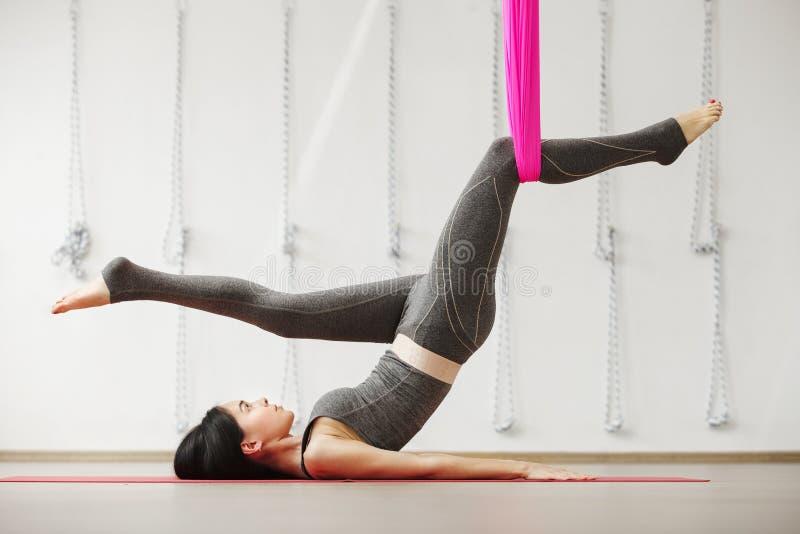 Exercício aéreo da ioga ou ioga antigravitante interno, meditar da mulher fotos de stock royalty free