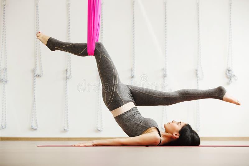 Exercício aéreo da ioga ou ioga antigravitante interno, meditar da mulher imagem de stock royalty free