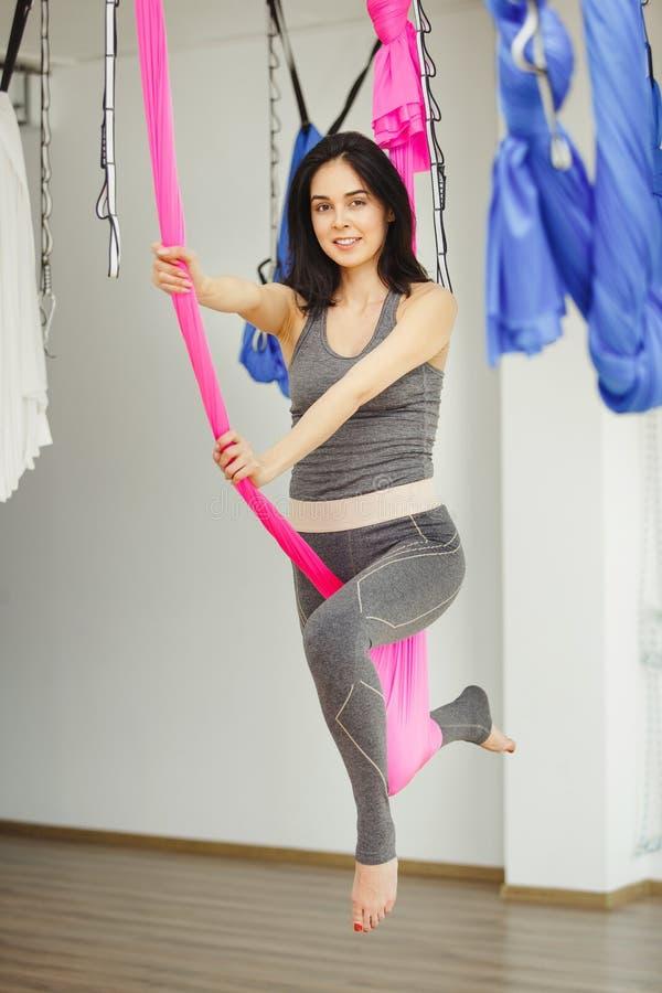 Exercício aéreo ou ioga antigravitante interno, meditação no gym do esporte imagem de stock royalty free