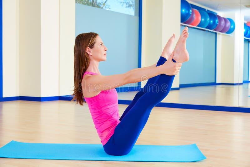 Exercício aberto do exercício do balancim do pé da mulher de Pilates foto de stock royalty free
