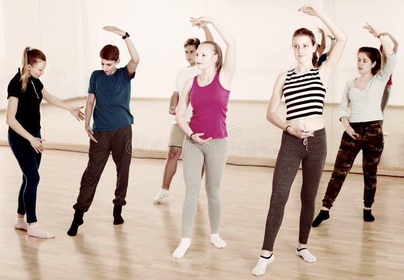 Exercício adolescente dos dançarinos de bailado dos meninos e das meninas imagens de stock
