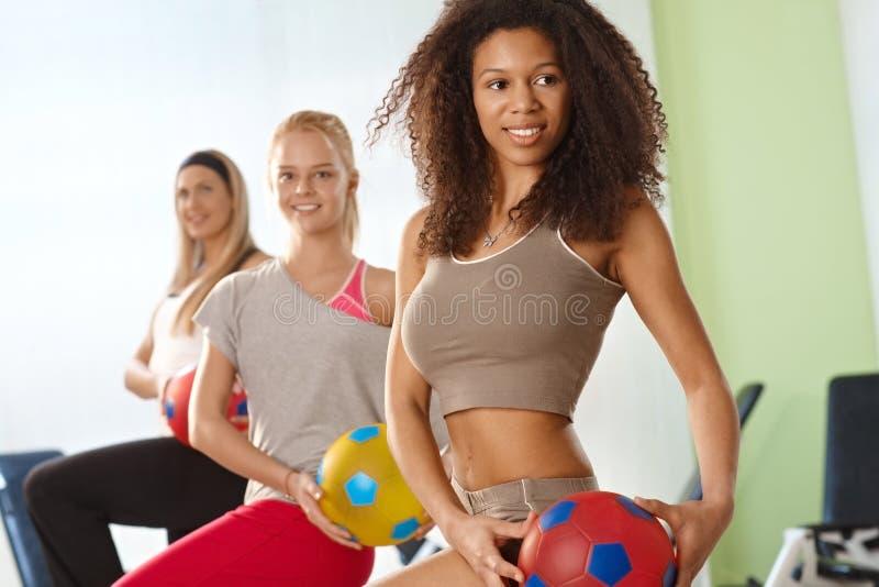 Exercício afro bonito da mulher fotos de stock