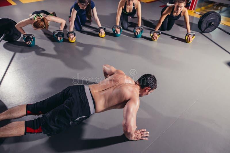 Exercício atlético do grupo de pessoas imagem de stock