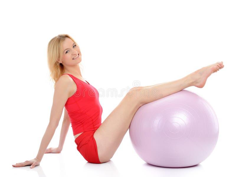 Exercício bonito da mulher da aptidão com esfera dos pilates imagem de stock royalty free