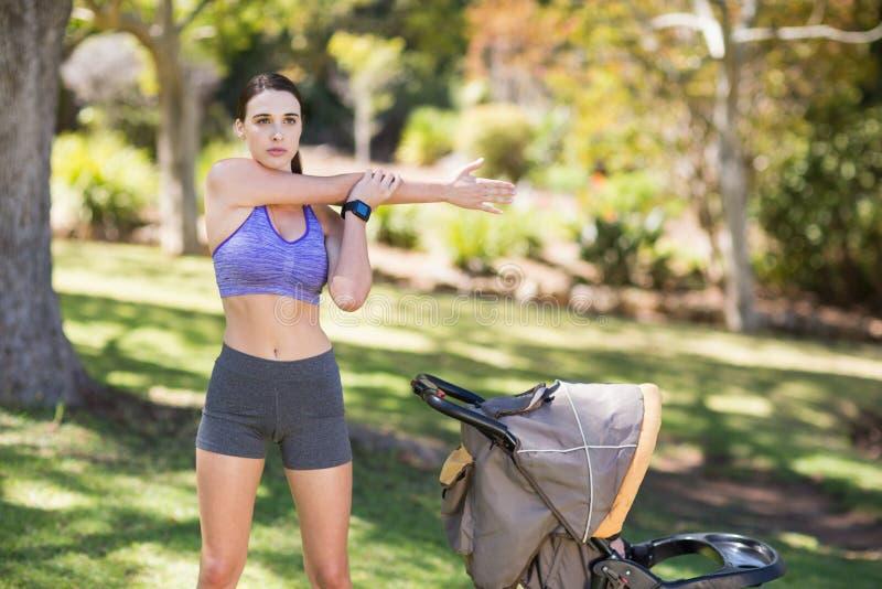 Exercício bonito da mulher nova foto de stock