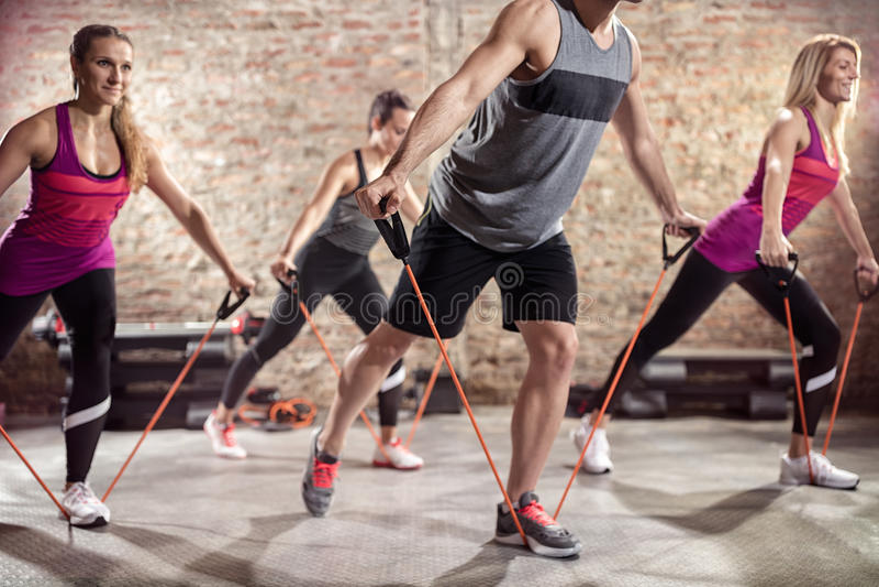 Exercício com esticão da faixa imagens de stock