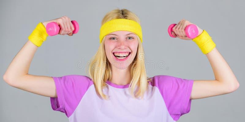 Exercício com peso Esporte e dieta do exercício Conceito da perda de peso Exercício da mulher no gym com equipamento de esporte M fotos de stock royalty free