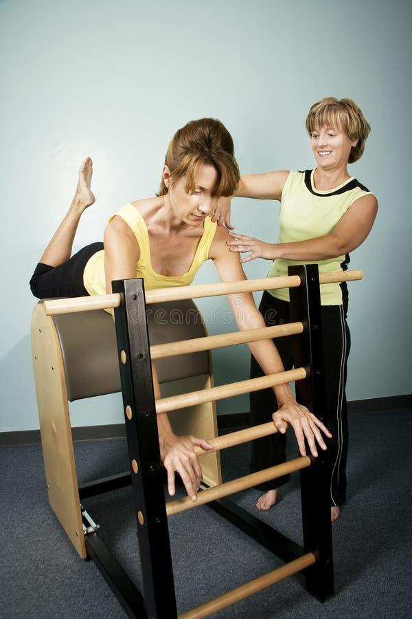 Exercício com um instrutor pessoal fotos de stock