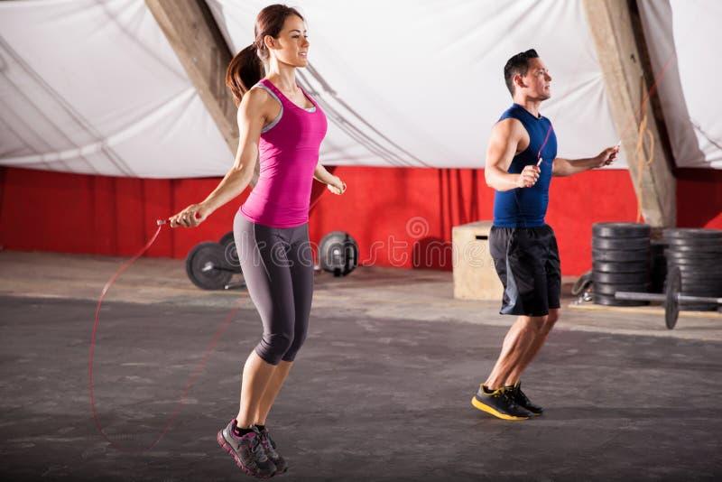 Exercício com uma corda de salto fotos de stock royalty free