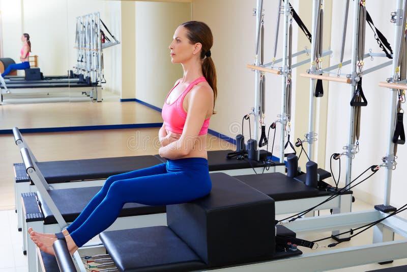 Exercício curto da caixa da mulher do reformista de Pilates imagem de stock