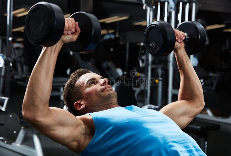 Exercício da imprensa de banco do Gym fotos de stock