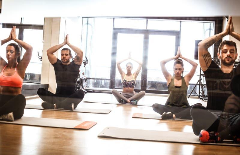 Exercício da ioga com amigos imagem de stock royalty free