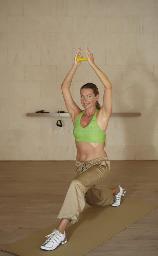 Exercício da ioga interno em uma sala fotografia de stock royalty free