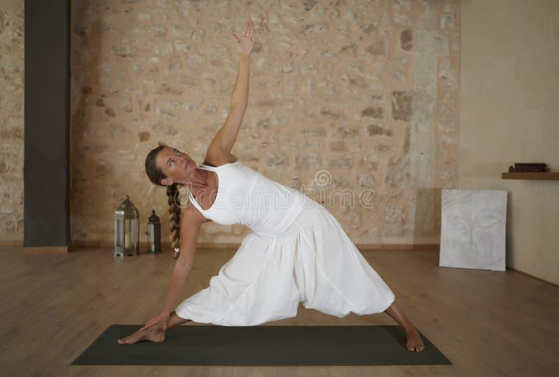 Exercício da ioga interno em uma sala fotos de stock royalty free