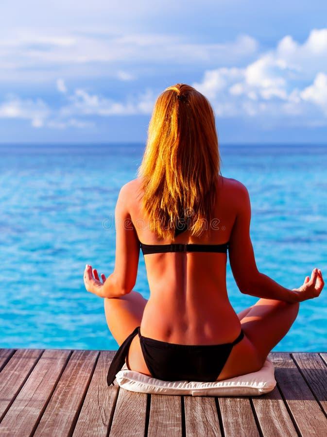 Exercício da ioga no litoral fotografia de stock royalty free