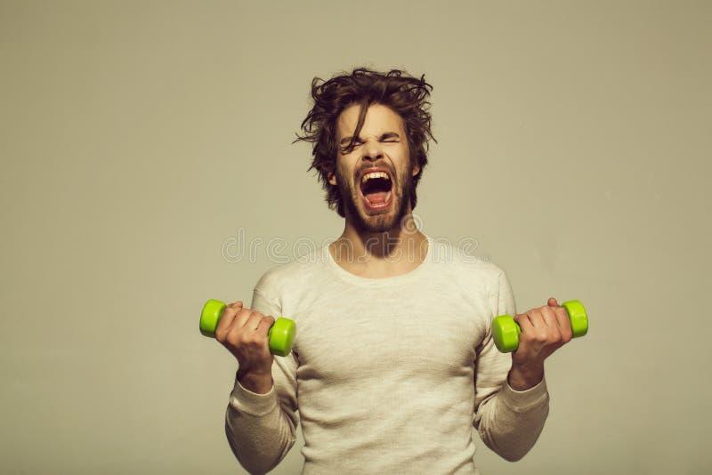 Exercício da manhã o homem sonolento com o barbell que faz o exercício da manhã, tem cabelo uncombed imagem de stock