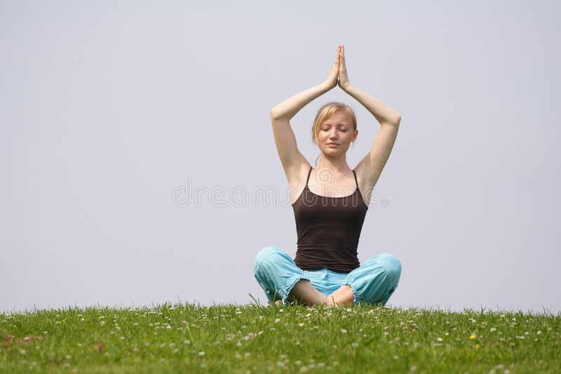 Exercício da meditação ao ar livre fotos de stock