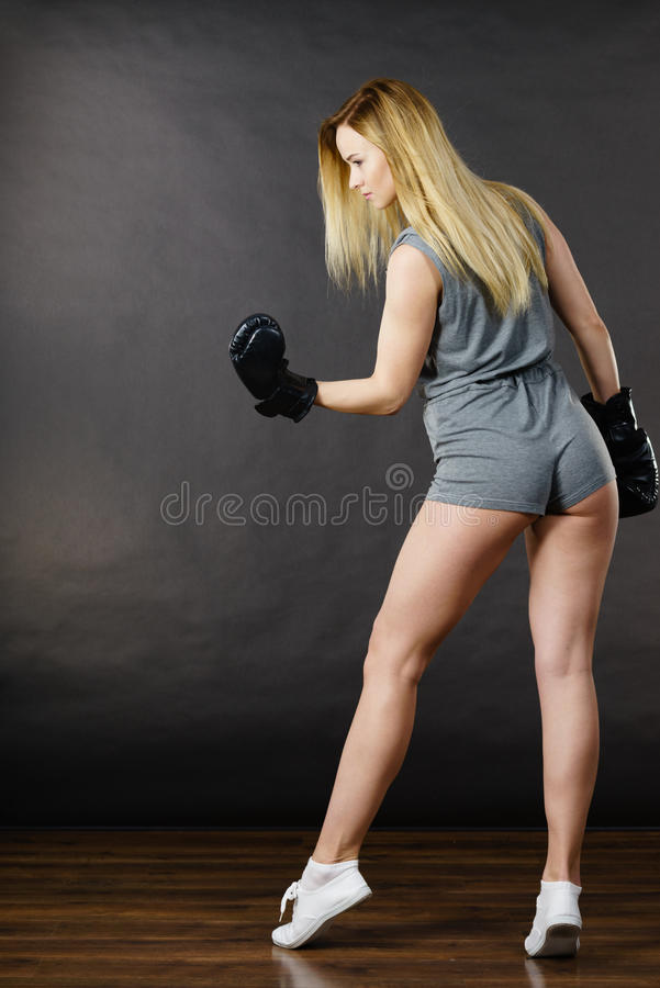 Exercício da menina do pugilista com luvas de encaixotamento fotos de stock royalty free
