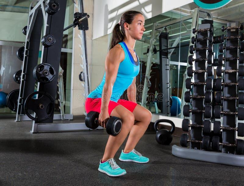 Exercício da mulher da ocupa do peso no gym fotografia de stock