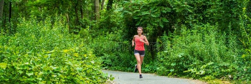 Exercício da mulher do corredor da corrida exterior do ajuste panorâmico da bandeira do fundo da natureza do verde do parque da c fotos de stock royalty free