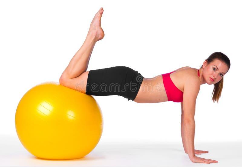 Exercício da mulher nova na esfera dos pilates fotografia de stock royalty free