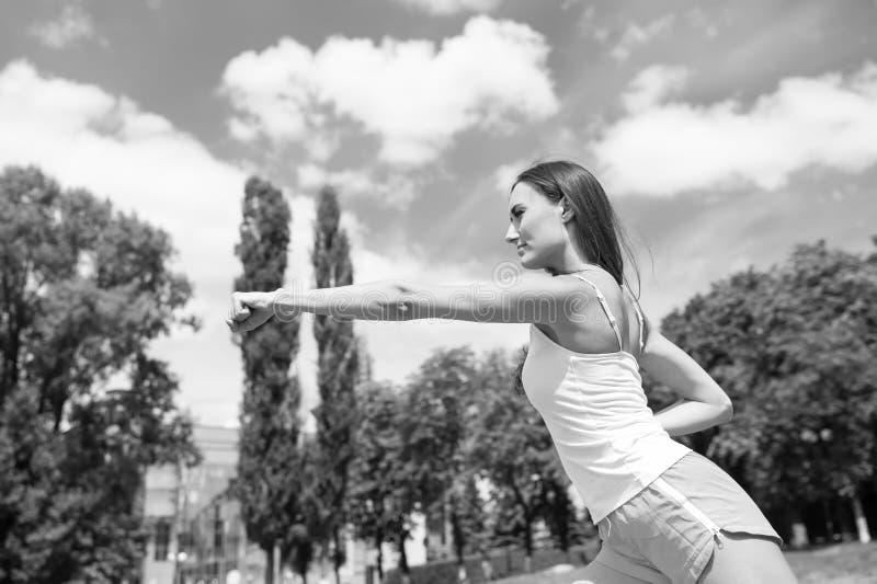 Exercício da mulher que perfura exterior ensolarado foto de stock