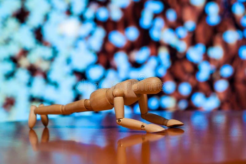 Exercício de madeira da estatueta do manequim, do manequim ou do homem imagens de stock