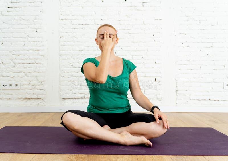Exercício de respiração praticando da ioga da jovem mulher no conceito emocional mental do bem estar foto de stock