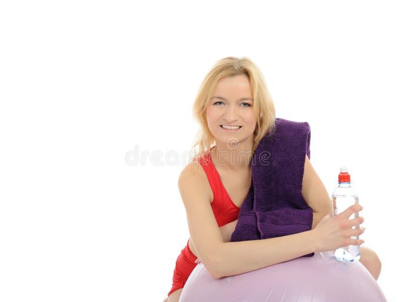 Exercício desportivo da mulher da aptidão com esfera dos pilates fotos de stock