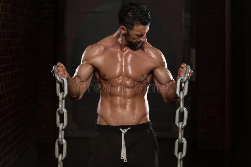 Exercício do bíceps com correntes imagens de stock royalty free