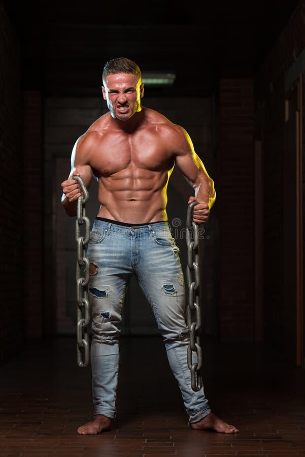 Exercício do bíceps com correntes imagens de stock