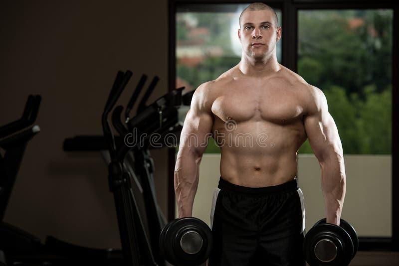 Exercício do bíceps com pesos fotos de stock
