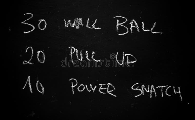 Exercício do dia em um quadro-negro em um gym fotografia de stock