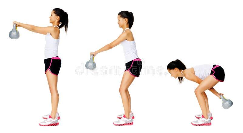 Exercício do dumbell de Kettlebell imagem de stock