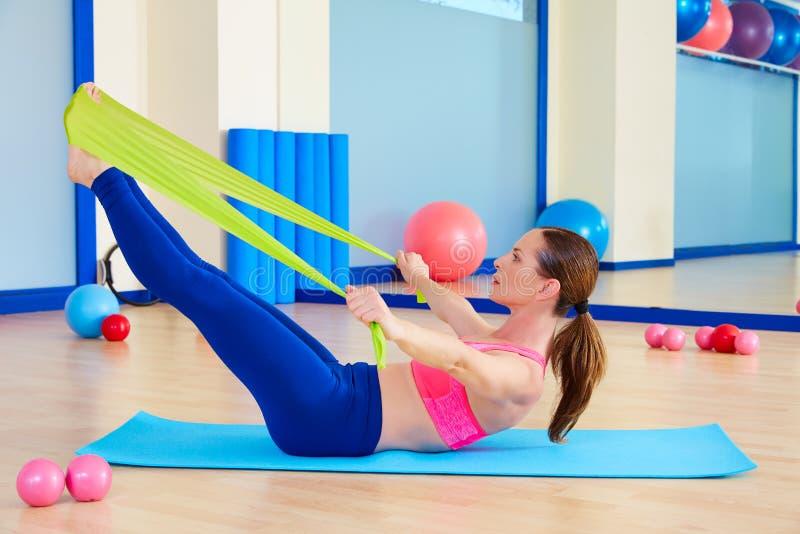 Exercício do elástico da provocação da mulher de Pilates imagem de stock royalty free
