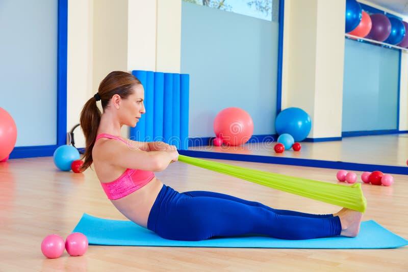 Exercício do elástico do enfileiramento da mulher de Pilates imagem de stock