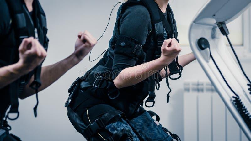 Exercício do EMS no gym imagens de stock royalty free