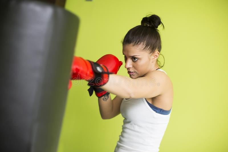 Exercício do encaixotamento da mulher dentro em um gym claro novo foto de stock royalty free
