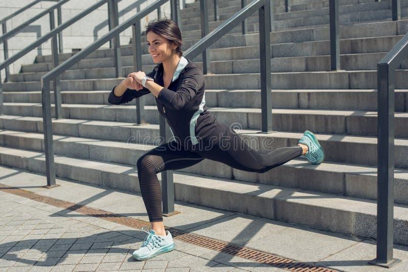 Exercício do exercício ativo da jovem mulher na rua exterior fotos de stock