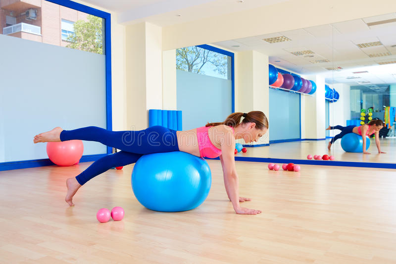 Exercício do exercício da parte dianteira da tração de pé do fitball da mulher de Pilates foto de stock