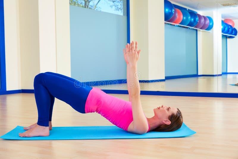 Exercício do exercício da ponte do ombro da mulher de Pilates fotos de stock