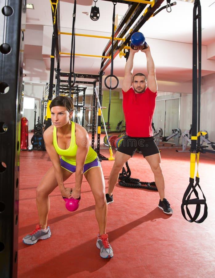 Exercício do exercício do balanço de Kettlebells da aptidão de Crossfit no gym foto de stock