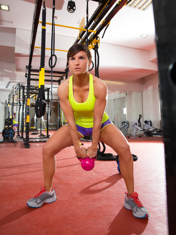 Exercício do exercício do balanço de Kettlebells da aptidão de Crossfit no gym fotografia de stock royalty free