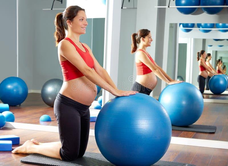 Exercício do fitball dos pilates da mulher gravida foto de stock royalty free