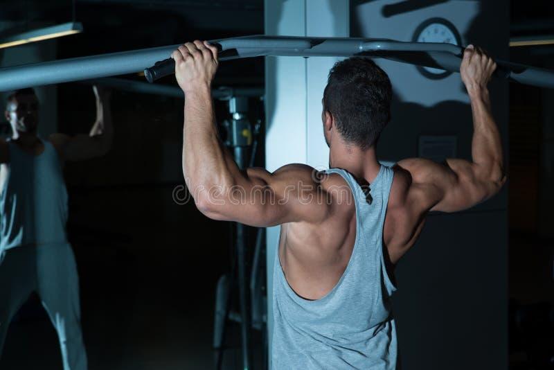 Exercício do Gym para a parte traseira foto de stock
