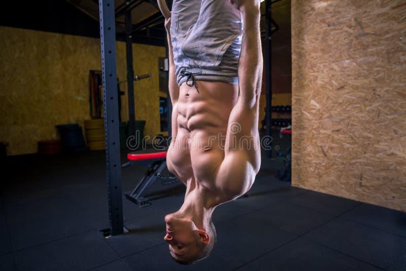Exercício do homem do anel do mergulho da aptidão no exercício de mergulho do gym fotografia de stock